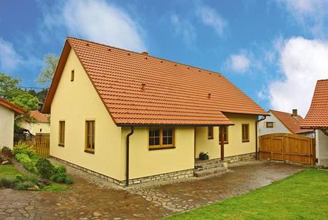 Pohled ze dvora. Tvar domu, velikost, rozmístění a členění oken odpovídají typické venkovské zástavbě.