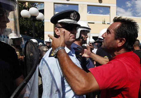 Řidiči protestují před Ministerstvem dopravy v Aténách