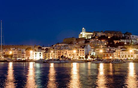 Ibiza a stejnojmenné hlavní město, Dalt Vila - noční pohled na Staré město