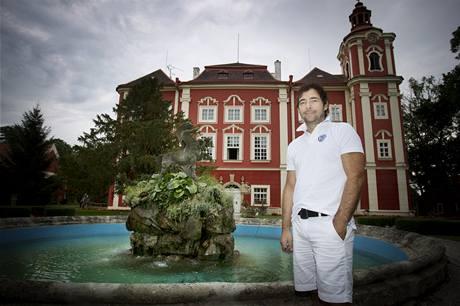 Pavel Ondr��ek si za sedm milion� korun koupil v roce 1998 z�mek v D�tenic�ch