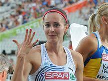 PÁTÁ. Denisa Rosolová ukazuje, jaké umístění vybojovala ve finále závodu na 400 m.