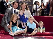 Herec Mark Wahlberg s rodinou u sv� hv�zdy na hollywoodsk�m chodn�ku sl�vy