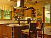 Kuchyně je oddělena od jídelny varným ostrůvkem s malým barovým pultem