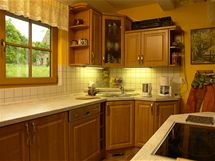 Kuchyňská linka s rámovými dvířky z olšového dřeva se stylově přizpůsobuje domu