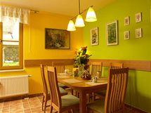 Centrem rodinného života není obývací pokoj, ale velký jídelní kout s výhledem do zahrady