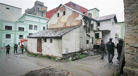 Hasi�i 30. 7. 2010 likvidovali po��r jednoho z dom� ob�van�ch Romy ve V�t�n� na �eskokrumlovsku.