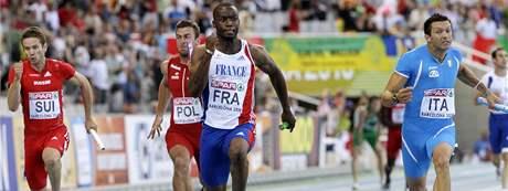 FINIŠMAN. Francouzský sprinter Martial Mbandjock dovedl štafetu ke zlatu na atletickém ME.