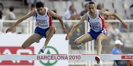 SKOK PŘES PŘEKÁŽKU. Francouzští běžci Mahiedine Mekhissi-Benabbad (vlevo) a Bouabdellah Tahri skáčí přes překážku v závodě na 3 000 metrů. Vyhrál Benabbad, druhý byl právě  Tahri.
