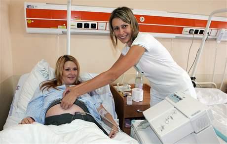 Ve Fakultní nemocnici Bohunice mají nový unikátní přístroj, který monitoruje plod během těhotenství (na snímku Tereza Vlčková s lékařkou Kateřinou Sedlákovou))