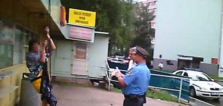 Opilý mladík si zakouřil trávu a vrávoral na střeše stánku v brněnském Komárově.