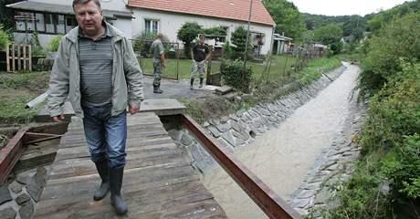 Zničený mostek v Junáckém údolí ve Vranově nad Dyjí (7. srpen 2010)