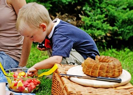 Základ pro piknik tvoří dobří přátelé, velká deka a kvalitní jídlo.