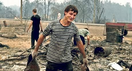 V obci Krjuša lidé odklízejí to, co zbylo z jejich domů. Premiér Putin jim slíbil, že jim vláda nechá postavit nové, modernější domy. Tak doufají.