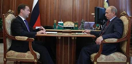 Ruský prezident Dmitrij Medveděv (vlevo) s premiérem Vladimirem Putinem
