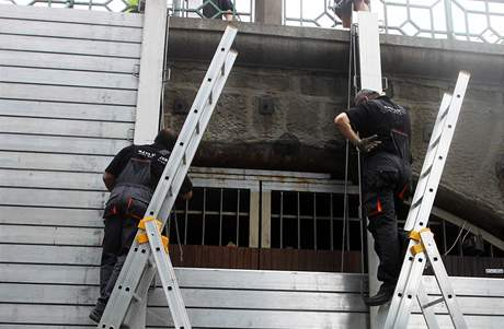 V Praze na Vltavě stavějí protipovodňová opatření