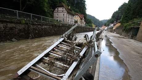 Kamenice dosáhla čtyř metrů a zničila Hřensko, škody neustále narůstají