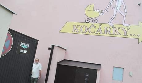 Karlovi Kačmaříkovi brání k vjezdu do jeho domu firma prodávající kočárky.