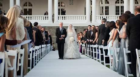 Bill Clinton vede dceru Chelsea k oltáři.
