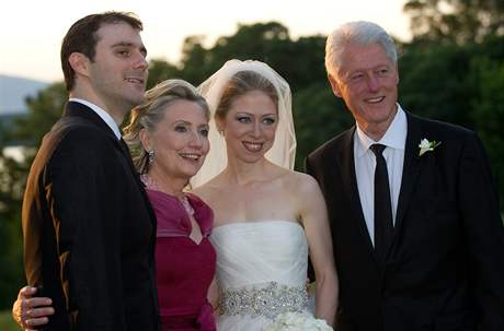 Bill a Hillary Clintonovi s mladými novomanžely.