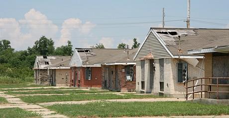 Díry ve střechách opuštěných domů v Lower Ninth Ward, kudy lidé utíkali před stoupající vodou