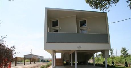 Ekologický dům v Lower Ninth Ward, který částečně sponzoroval skrze nadaci Brad Pitt