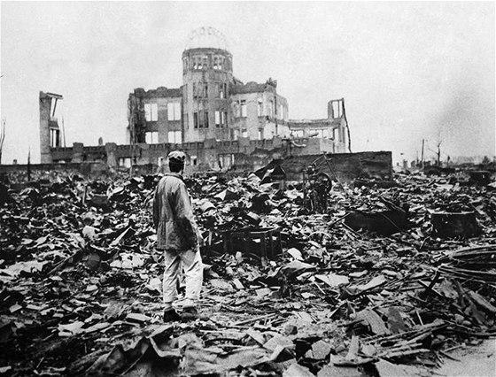 Spojenecký dopisovatel si prohlíží budovu Průmyslového paláce v Hirošimě dva dny po svržení atomové bomby. Železobetonová budova českého architekta Jana Letzela se stala mementem připomínajícím nebezpečí jaderného konfliktu. (8. srpna 1945)