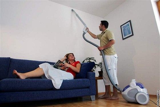 Alergik by neměl vysávat, ale ani být v místnosti při úklidu, protože se víří prach.