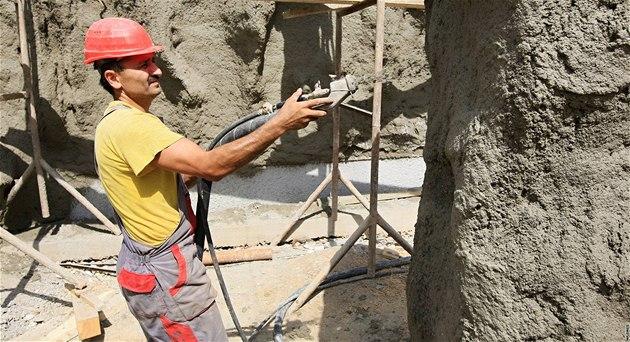 Alexej Mamashukrov pracuje jako d�lník na projektu Beringie - um�lých skal v brn�nské zoo