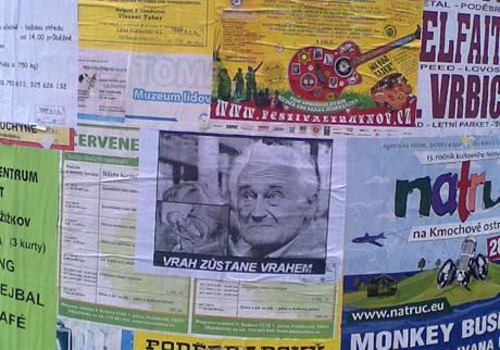 Poděbrady v den pohřbu Milana Paumera zaplavily plakáty, které ho označují za vraha.
