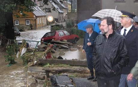 Ministr Radek John v oblastech postižených povodní. (8. srpna 2010)