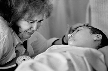 Matka oplakává dceru Alešiju na smrtelné posteli
