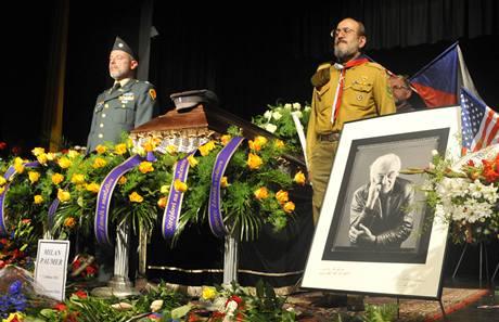 Poslední rozloučení s Milanem Paumerem v poděbradském divadle Na Kovárně. (4. srpna 2010)