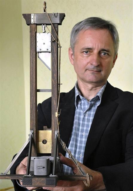 Vladimír Šebeček z Brna s vlastnoručně vyrobeným funkčním modelem gilotiny systému Berger