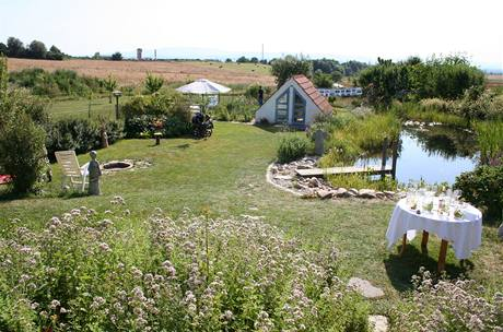 Výhled z terasy na část zahrady. V pozadí panorama Kletě, nejvyššího vrcholu Blanského lesa