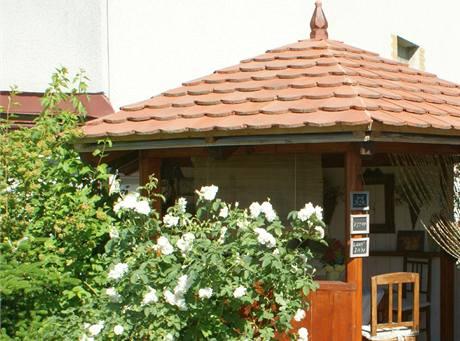 Šestiboký dřevěný altán je největší samostatně stojící stavbou v této zahradě