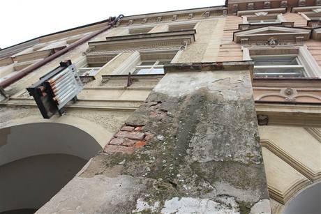 Oprýskaná fasáda na Velkém náměstí v Hardci Králové