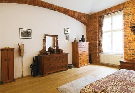 V ložnici jsou stěna s okny a vystupující stropní klenba otlučeny na cihly, které jsou navzdory svému stáří velmi zachovalé a představují velmi zajímavý dekorační prvek