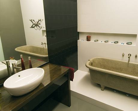 Úctyhodný věk – 110 let – má vana umístěná na soklu. Je vyrobena z teracca a po repasování vypadá jako nová.