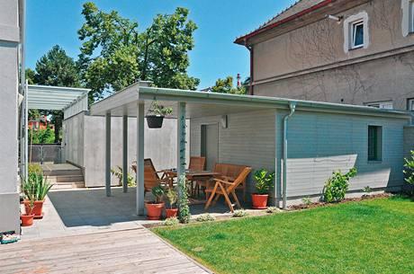 Bývalá prádelna se sedlovou střechou se proměnila ve sklad zahradních a sportovních potřeb. Protažení nové rovné střechy vytváří otevřený altán a dobře komunikuje s domem, vstupem i nově vybudovanou garáží.