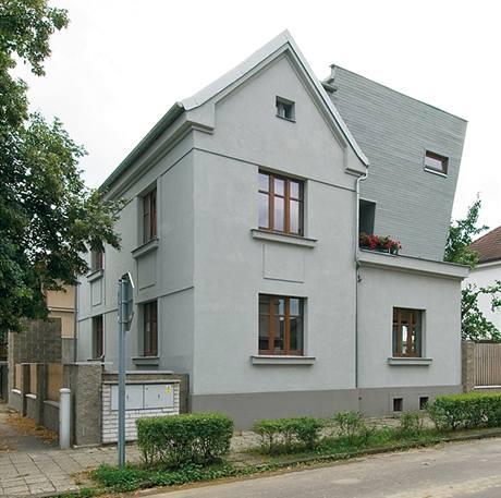 Severozápadní nároží domu si zachovalo původní vzhled korespondující s charakterem poklidné konzervativní čtvrti