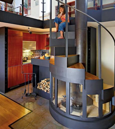 Architekt Šimon caban vymyslel ojedinělé řešení: pod schody umístil krb i zásobník na dřevo