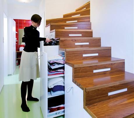 V mezonetovém bytě si architektka poradila i se zalomeným schodištěm
