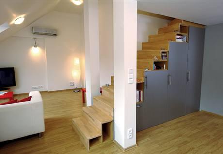 Architekt Andrej Páleš a jeho elegantní řešení podchodného prostoru v malém půdním bytě