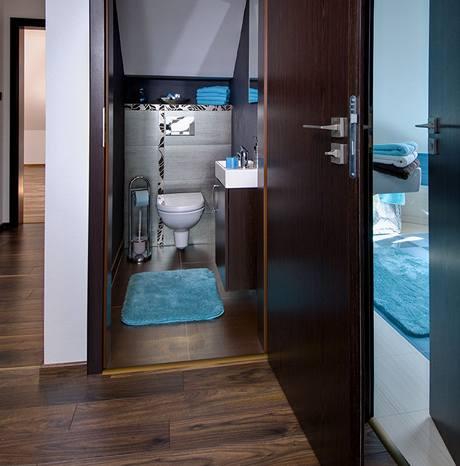 V samostatn�m WC nechyb� um�v�tko