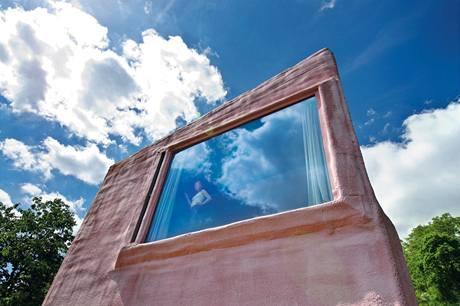 Větrání umožňují postranní ventilační úzká okna překrytá pěnou, hliníková okna mají pevné zasklení