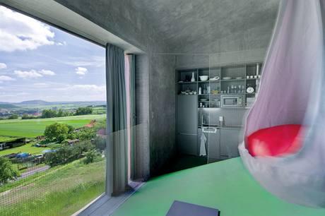 Šikmá plocha má sklon 21 stupňů - přes obývací pokoj vede do ložnice