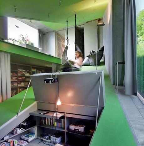 Na připravené háky lze zavěsit křesla (Ikea), ve spodní části je promítačka, pracovna i místo pro ležení