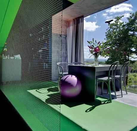 Tonetky z přírodního dřeva získaly také šedý nátěr, pod oknem jsou umístěné topné konvektory překryté mřížkou