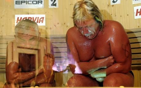 Ruský finalista chtěl vyhrát šampionát (vpravo), místo toho ale hazardoval a na místě zemřel.