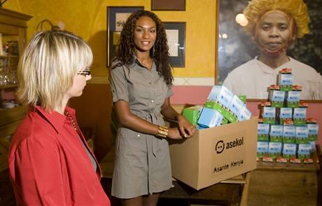 Lejla Abbasová sbírá staré telefony a dál je posílá k recyklaci a dětem do Keni